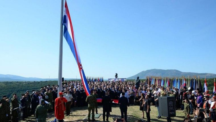 Izado de la bandera croata en Knin (Foto:  Dusko Jaramaz PIXSELL)