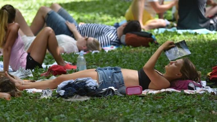 Besucher des Nationalparks Krka versuchen sich im Schatten abzukühlen (Foto: Hrvoje Jelavić / PIXSELL)
