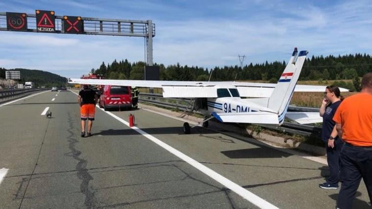 Sportflugzeug auf der Autobahn A1 (Foto: Nikolina Gerek)