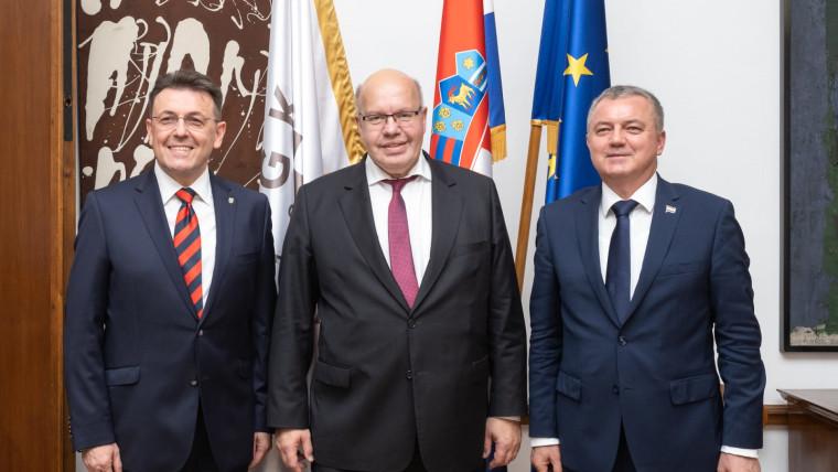 Der Vorsitzendes der kroatischen Wirtschaftskammer Luka Borilović (L), Peter Altmaier (M) und der kroatische Wirtschaftsminister Darko Horvat.