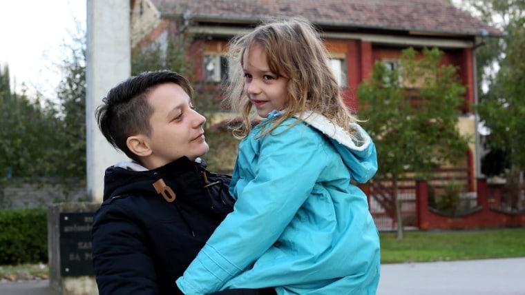 Željka Jurić Mitrović sa kćeri Majom u poznatome plavome kaputiću. (Foto: Marko Mrkonjić/ Pixsell)