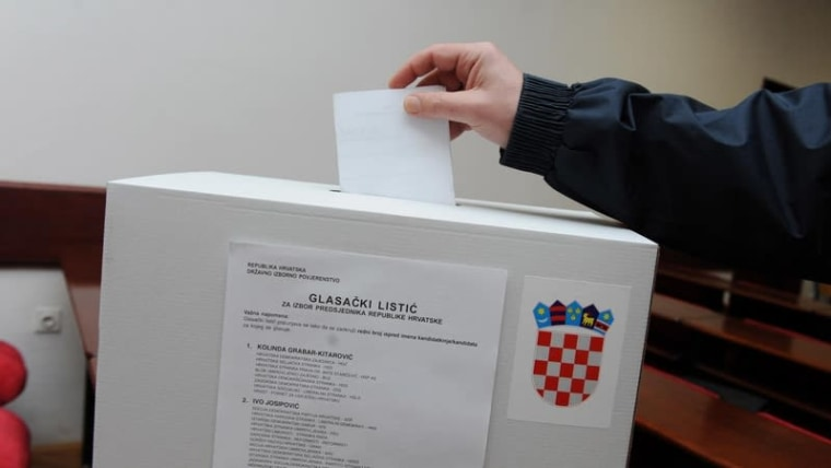 A voter casts his ballot in the last presidential election (Hrvoje Jelavic/PIXSELL)