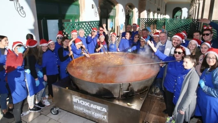 Portions of cod stew were handed out to citizens in Split as a part of traditional Christmas Eve celebrations. (Photo: Ivo Cagalj/PIXSELL)