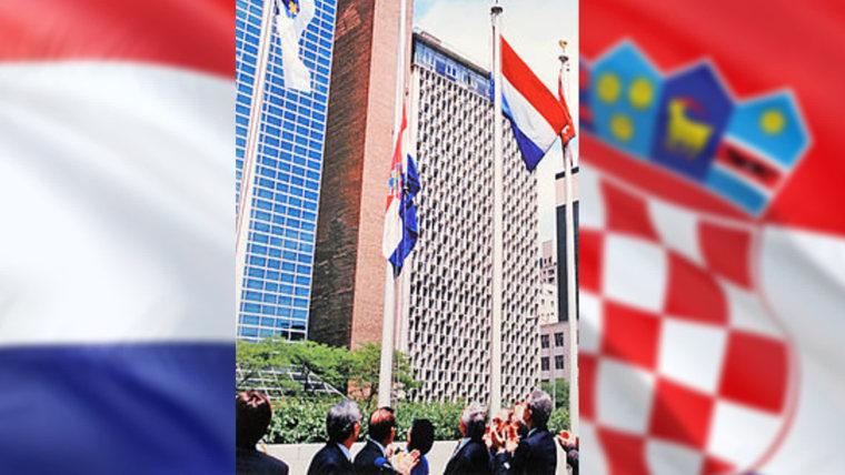 Podizanje hrvatske zastave pred sjedištem UN-a na East Riveru u New Yorku 22. svibnja 1992. (Foto: wikimedia.com)