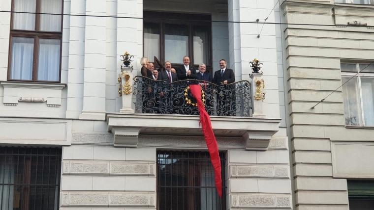 Hrvatska kravata na terasi veleposlanstva RH u Beču. (Foto: Academia Cravatica)