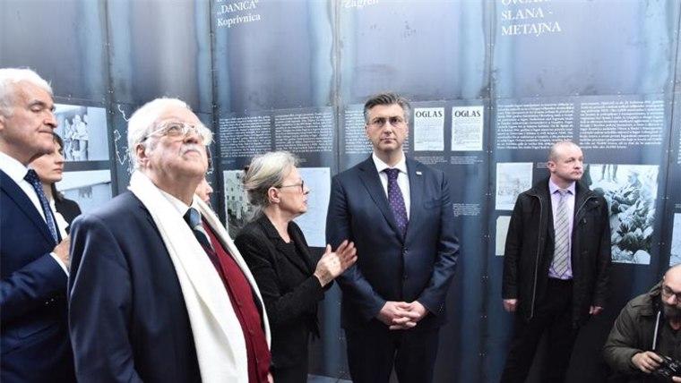 Premier Plenković beim Rundgang der Ausstellung (Foto: vlada.hr)