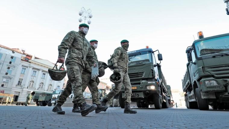 Soldados del ejército ayudan en las tareas de saneamiento (Foto: Sanjin Strukic/PIXSELL)