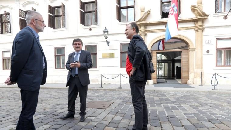 Sindicalistas frente a la sede de Gobierno (Foto: Patrik Macek/PIXSELL)