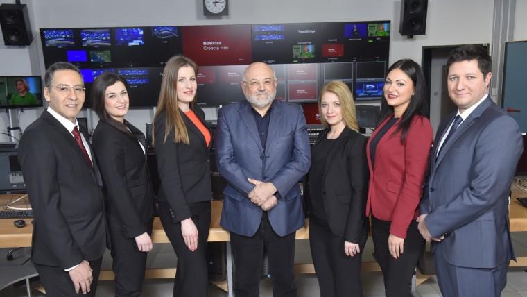 Glavni urednik Programa za Hrvate izvan RH Ivo Kujundžić sa skupinom voditelja vijesti na njemačkom i španjolskom jeziku (Foto: Glas Hrvatske)