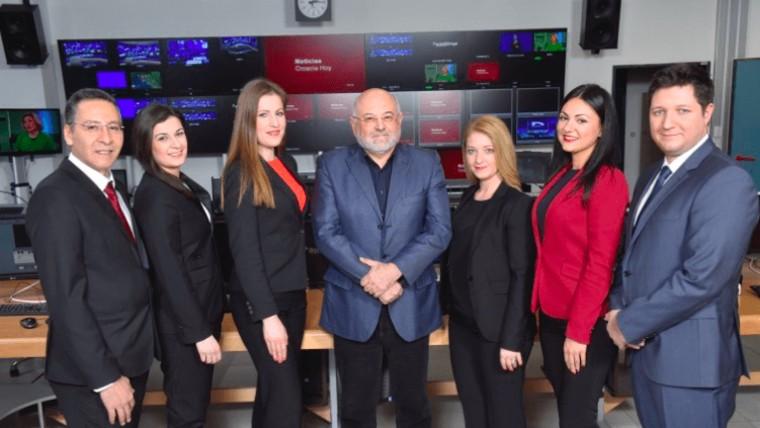 El redactor general del Programa para los Croatas fuera de la República de Croacia Ivo Kujundžić junto al grupo de conductores de las noticias en lenguas extranjeras (Foto: HRT)