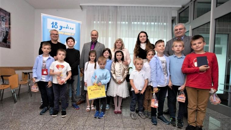 Najmlađi polaznici Škole s veleposlanikom Danielom Glunčićem i konzulom Branimirom Lončarom (Foto: ustupljena fotografija)