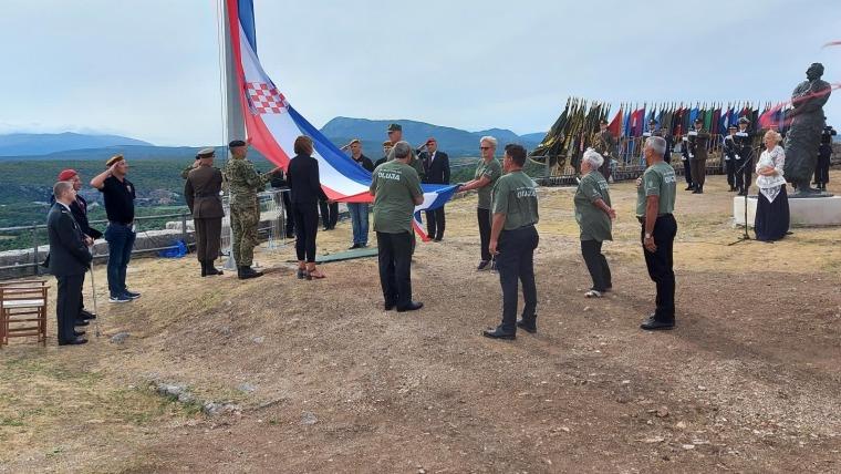 Izamiento de la bandera croata en la fortaleza de Knin (Foto: Dusko Jaramaz -  Pixsell)