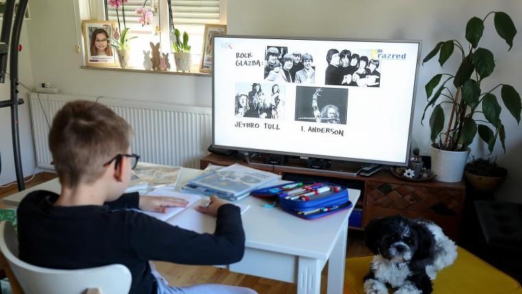 Alumno de primaria sigue las clases por televisión (Foto: Goran Stanzl/PIXSELL)