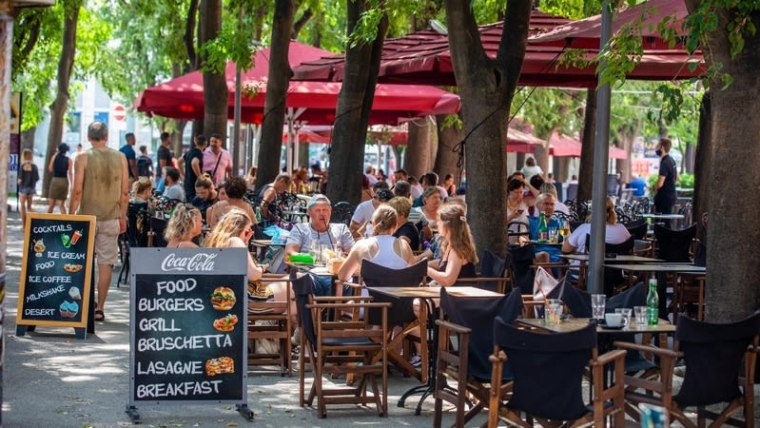 New restrictions limiting the the hours of clubs, bars, restaurants, and cafes to midnight go into effect today (Photo: Srecko Niketic/PIXSELL)