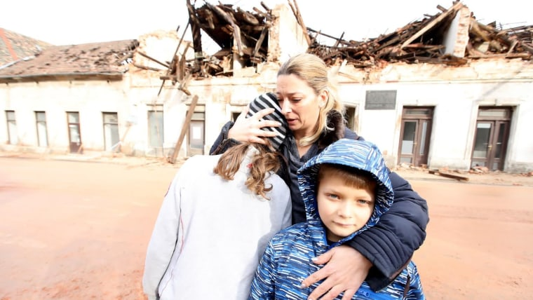 A mother embraces her children the day after the earthquake in Petrinja (Photo: Boris Scitar/Vecernji list/PIXSELL))