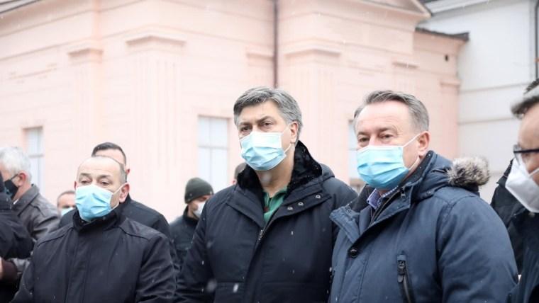 Der stellvertretende Premierminister Tomo Medved, Premierminister Andrej Plenković und der Gespan von Sisak-Moslavina Ivo Žinić, waren letzte Woche in Petrinja (Foto: Edina Zuko / PIXSELL)