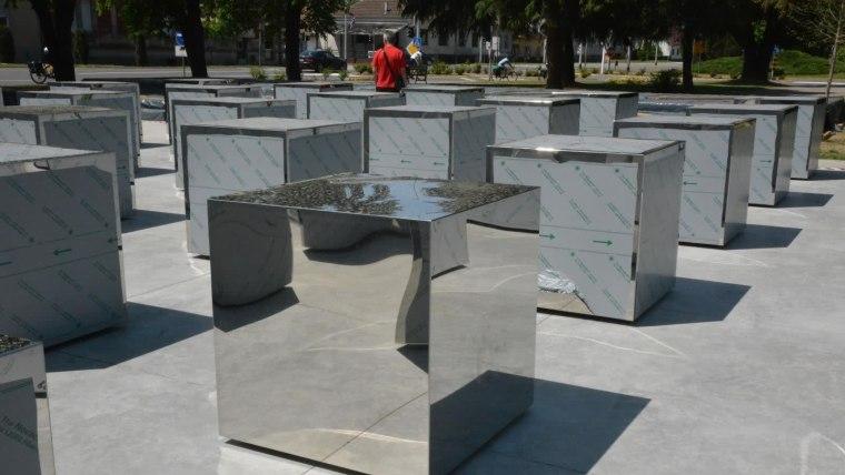 Kristalne kocke vedrine - spomen obilježje poginulim braniteljima u Okučanima (Foto: Ivica Galovic/PIXSELL)