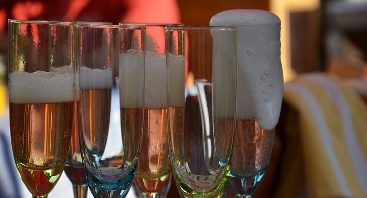 glasses_of_bubbly_bubbling_over