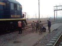 阿富汗边境警察队员在该国北部边境检查站附近搜查一辆机车(美国陆军/公共领域)