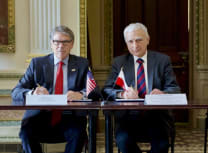 Piotr Naimski signing the agreement with US Secretary of Energy Dan Brouillette (Government of Poland)