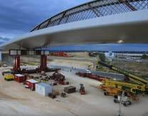 看看法罗里奥在马德里高速公路上滚动2400吨的桥梁到位