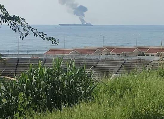 עשן יוצא ממיכלית הנפט האיראנית ליד חוף העיר הסורית בניאס / צילום: Reuters, SANA/Handout