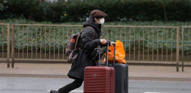 נוסע בנמל התעופה הית'רו בלונדון / צילום: Associated Press, Kirsty Wigglesworth