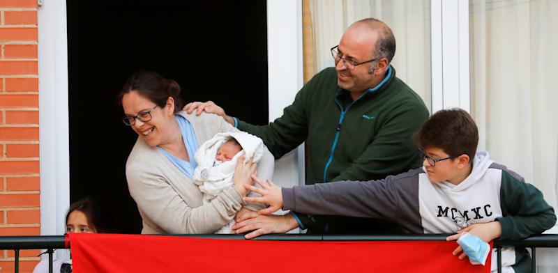 נוריה בראבו מציגה לשכנים את התינוק החדש / צילום: רויטרס, Jon Nazca
