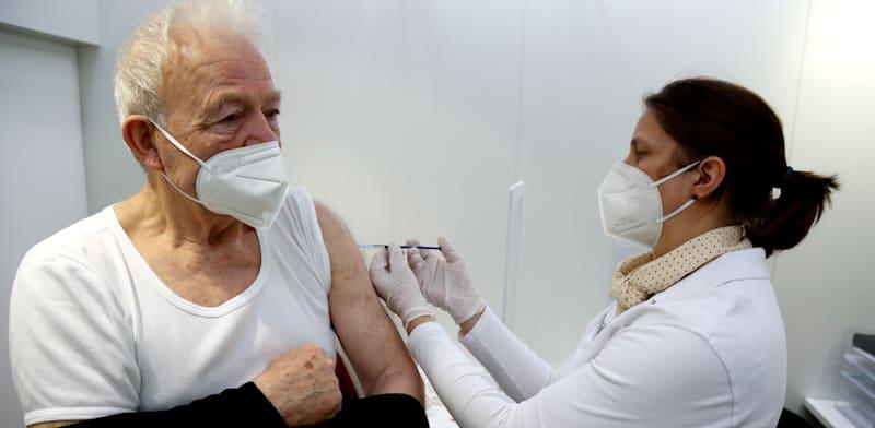 מבוגר מקבל חיסון של אסטרהזנקה  בגרמניה / צילום: Associated Press, Matthias Schrader