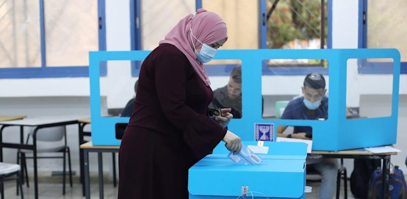 מצביעה בקלפי בכפר מנדא. בחירות חמישיות יפגעו במפלגות הערביות / צילום: Reuters, Ammar Awad
