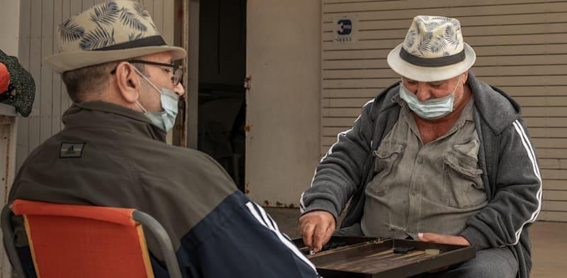 """קשישים  בחוף אשקלון. האג""""ח המיועדות הן עוגן חזק בקרנות הפנסיה / צילום: Shutterstock"""