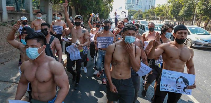 מפגינים ברחובות יאנגון במינאמר / צילום: Associated Press