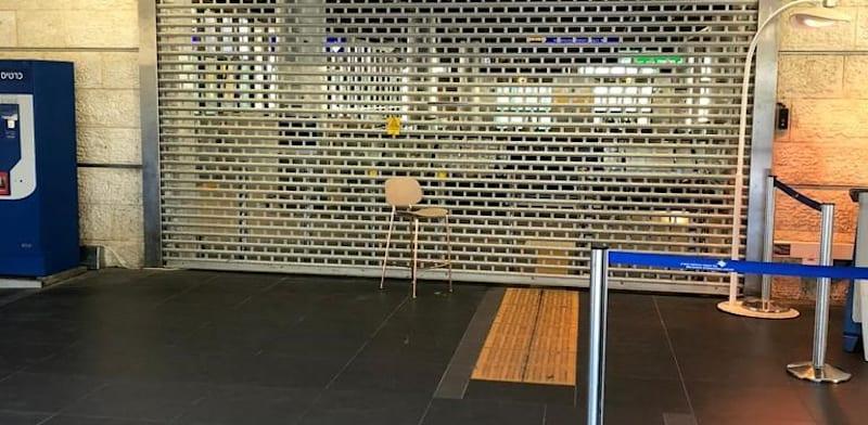 """שערי הרכבת בנתב""""ג. לא עוצרים בתחנה / צילום: מיכל רז חיימוביץ'"""