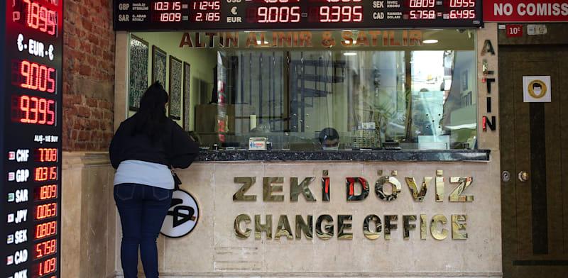 חנות להמרת כספים בטורקיה. אם הדולר יתחזק בעקבות הודעת הפד, הלחץ על הלירה הטורקית יגבר / צילום: Associated Press, Emrah Gurel