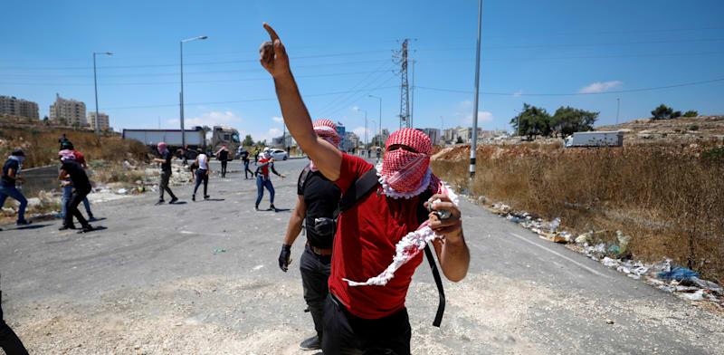 מפגינים בגבול הרצועה / צילום: Reuters, Mohamad Torokman
