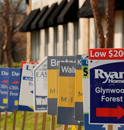 """שלטי מכירה של משרדי תיווך בדרום קרוליינה, בארה""""ב / צילום: Reuters, Lucas Jackson"""
