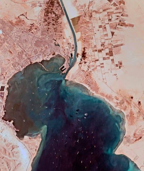 תמונת לווין של  כלי שיט רבים שממתינים להיכנס לתעלה, יום שני / צילום: Associated Press, Planet Labs Inc