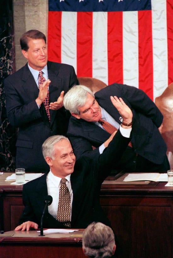"""רה""""מ בנימין נתניהו נואם בקונגרס ומאחוריו יו""""ר הרוב הרפובליקאי, ניוט גינגריץ'(מתכופף), וסגן הנשיא אל גור, 1996 / צילום: Reuters"""