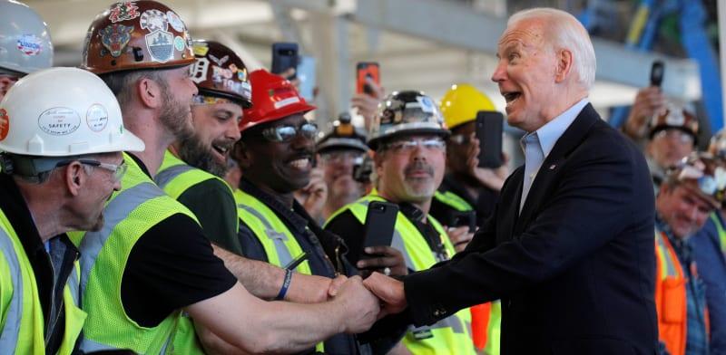 ביידן עם עובדי פיאט־קרייזלר במישיגן, מרץ. יסתייג מהסכמי סחר בינלאומיים שייפגעו בעובדי הצווארון הכחול / צילום: Reuters, BRENDAN MCDERMID