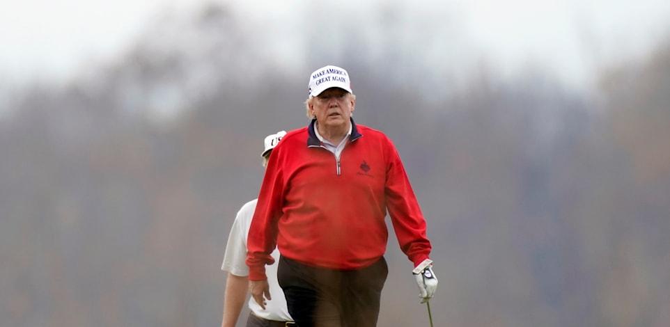 טראמפ משחק גולף בשבת. השעון מתקתק: כהונתו של הנשיא תסתייםם כך או אחרת ב־20 בינואר, בלי קשר לשום  'בית משפט - כך קובעת החוקה / צילום: Associated Press, Manuel Balce Ceneta