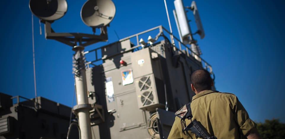 """מערכת סלולר """"ורד הרים"""" של צה""""ל. המערכת המקורית של מוטורולה / צילום: Associated Press, Ariel Schalit"""
