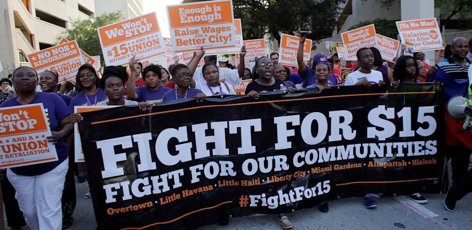 הפגנה בעד העלאת שכר המינימום ל־15 דולר במיאמי פלורידה, יולי / צילום: Associated Press, Lynne Sladky