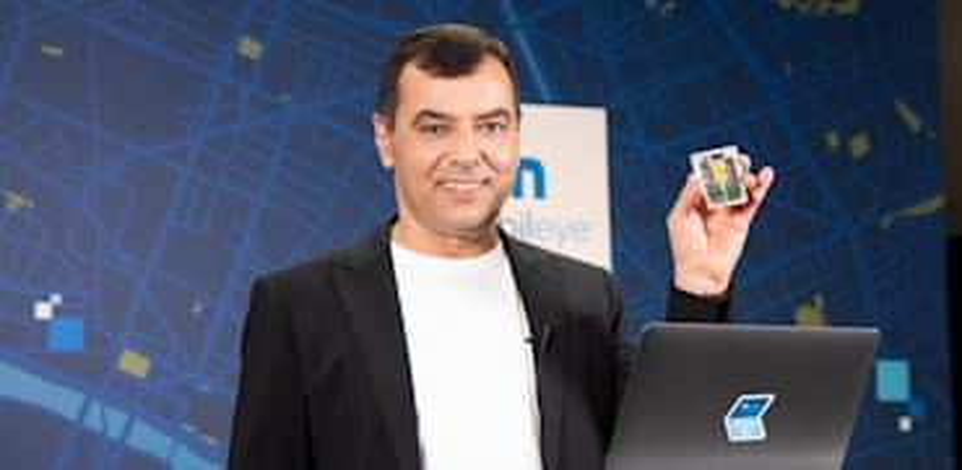 """מנכ""""ל ונשיא מובילאיי אמנון שעשוע מציג את צ'יפ הרדאר החדש / צילום: יח""""צ"""
