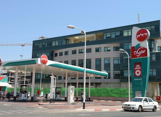 מתחם תדלוק וחנות 'מנטה' של דלק ישראל / צילום: תמר מצפי