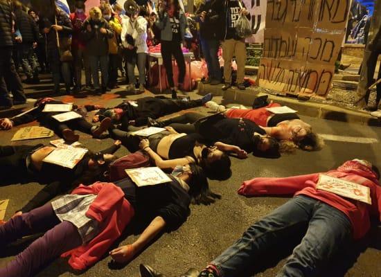 מיצג בבלפור של נערות שמוחות נגד אלימות כלפי נשים / צילום: קומי ישראל