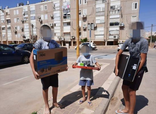 """ילדים עם מחשבים שקיבלו במסגרת מיזם """"מתחשבים"""" / צילום: אושרית זיו"""