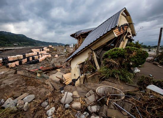 בית שהתמוטט מהגשמים ביפן / צילום: Masaya Noda / Greenpeace