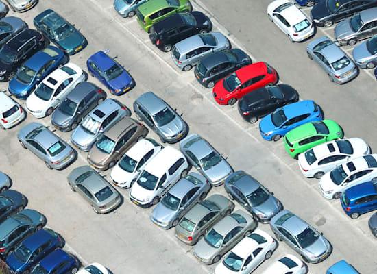 """חניה בתל אביב. """"רואים קורלציה ברורה בין מקום חניה בבית למקום חניה בעבודה / צילום: Shutterstock"""