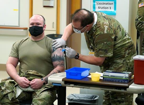 "רס""ן ג'פרי ויטקופ, עוזר רופא צבאי, מתחסן בוושינגטון בשבוע שעבר / צילום: Associated Press, Ted S. Warren"