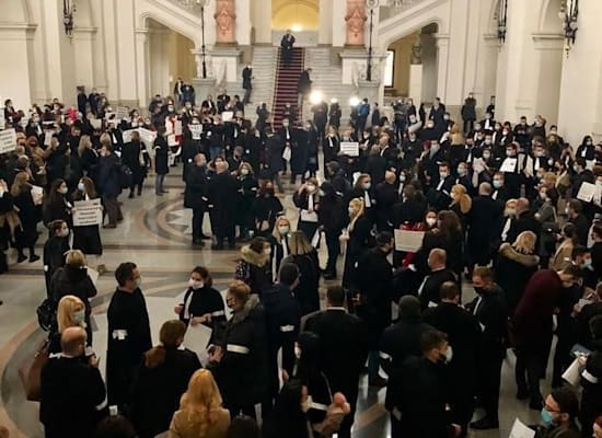 עורכי דין מפגינים בבית המשפט לערעורים בבוקרשט / צילום: משרד עורכי הדין צוקה זברצה